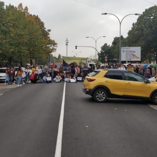 Un grup de manifestants talla un dels accessos a pont Major de Girona, aquest dilluns després de la sentència