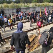 Un grup de persones talla les vies del tren a Girona, aquest dilluns després de la sentència de l'1-O