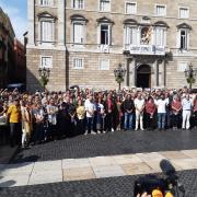 Representants de més d'un centenar d'entitats, concentrats aquest dilluns a la plaça de Sant Jaume de Barcelona
