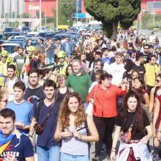 Un grup de manifestants es dirigeixen a l'aeroport de Barcelona, després de la sentència de l'1-O