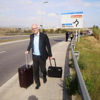 Un usuari s'apropa a peu  a l'aeroport de Barcelona, col·lapsat després de la sentència de l'1-O