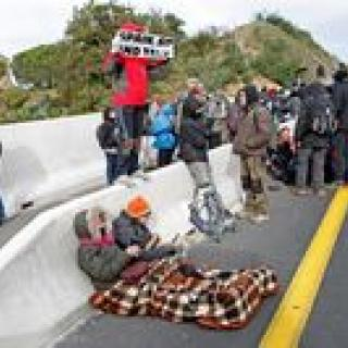 Manifestants en el voral a la sortida de la Jonquera