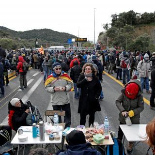 Els manifestants s'organitzen al tall de la Jonquera i munten una cuina i lavabos per passar tres dies