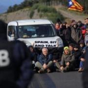 La policia avisa que si els manifestants no treuen els cotxes se'ls endurà la grua