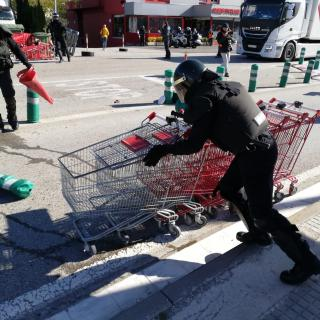 Els manifestants a la N-II col·loquen troncs, contenidors i tot tipus d'objectes que després els policies han de retirar