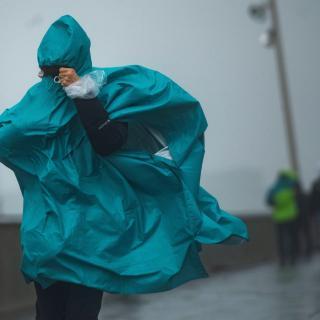 Una persona passeja pel front marítim, a Barcelona