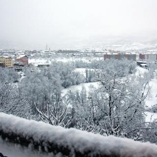 Pla general de la neu caiguda a la Seu d'Urgell vista des del nucli de Castellciutat