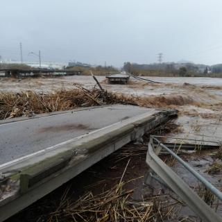 El creixement de la Tordera ha trencat un pont entre Blanes i Malgrat