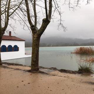 L'Estany de Banyoles s'ha desbordat a la zona dels banys vells
