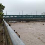 El pont del ferrocarril sobre el Besòs, a Sant Adrià, està al límit