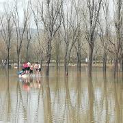 Banyistes a la zona de la Draga de Banyoles, que està inundada