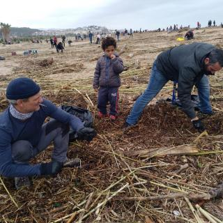 A Arenys de Mar, desenes de voluntaris s'han arremangat aquest matí per ajudar en les tasques de neteja