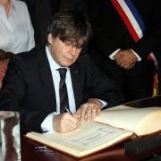 L'expresident de la Generalitat i eurodiputat Carles Puigdemont signant el llibre d'honor de l'Ajuntament de Perpinyà
