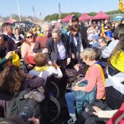 El president Quim Torra i la seva dona saluden les persones a la zona reservada per a persones amb mobilitat reduïda