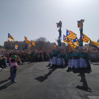 Els Castellers de Vilafranca fan dos pilars abans de començar l'acte a Perpinyà