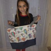 Hola sóc la Naia tinc 11 anys i visc a Olot, he fet una bossa de Platja per quan puguem anar-hi. Tot anirà bé