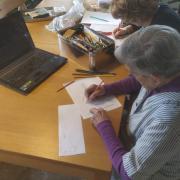 Destinant una horeta al dia amb les àvies de casa per fer-los fer exercicis d'estimulació cognitiva. A internet hj ha un munt d'exercicis per fer-los-hi fer. En gaudeixen elles j jo que els faig de mestra.