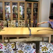 La Júlia i la Berta fan onze anys sense festa d'aniversari amb amics, però jugant i fent esport a casa.