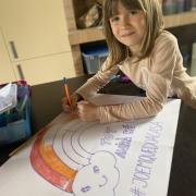 Ona dibuixant a la taula del menjador
