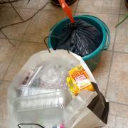Esperant que el més jove, tregui les bosses de brossa als contenidors.