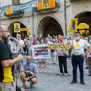 Desè acte presencial a la plaça del Vi després del confinament provocat per la COVID19. Seguim defensant tots els drets i exigint la llibertat immediata de tots els presos polítics i la fi de la repressió, Amb les intervencions de l'entitat membre de la Taula per la Independència, Fundació Llibreria Les Voltes.