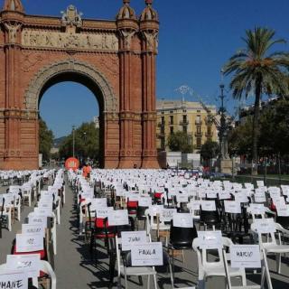 2.850 cadires buides amb el nom de les persones represaliades,  en l'acte de Òmnium.