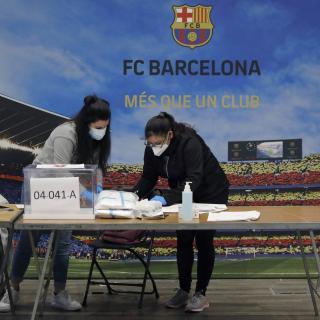Una mesa electoral a l'Auditorium del FC Barcelona al districte de les Corts