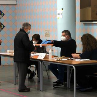 Una persona vota en un col·legi de Barcelona