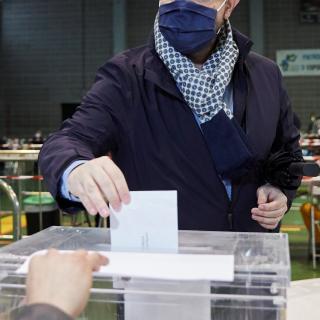 El candidat del PP, Alejandro Fernández, vota a Tarragona