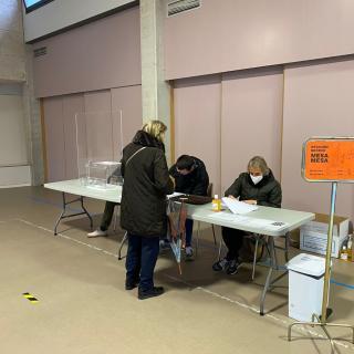 Una persona vota a Cornellà del Terri