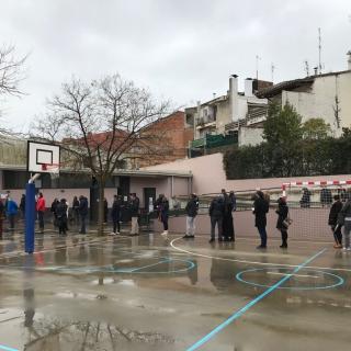 Cua de votants a l'escola Baldiri Reixach Banyoles