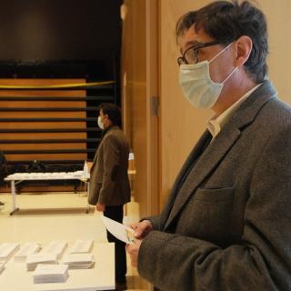 Salvador Illa, esperant per votar al seu col·legi electoral a la Roca del Vallès