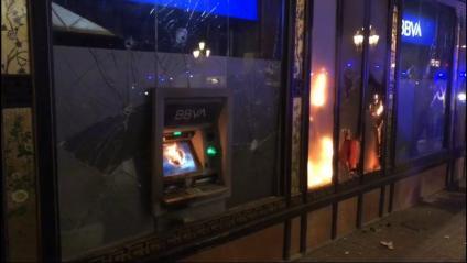 Foc en una oficina bancària a la Rambla de Barcelona després de la manifestació d'aquest dissabte 27 de febrer contra la repressió, la llibertat de Pablo Hasél, els drets socials, l'aministia i l'autodeterminació