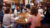 La ministra d'Hisenda en funcions, María Jesús Montero (e), reunida aquest dimecres amb representants d'Afectades i Afectats per l'IRPF de Maternitat i Paternitat