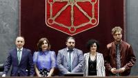 Foto de família de la nova mesa del Parlament navarrès, amb Unai Hualde al mig