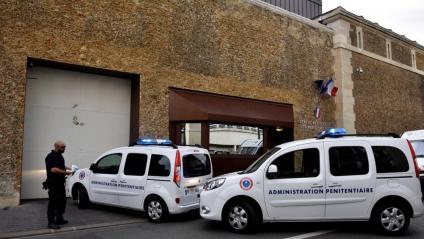 Un comboi de transport de presoners arriba a la presó parisina de La Sante, on estava encarcerat Josu Ternera