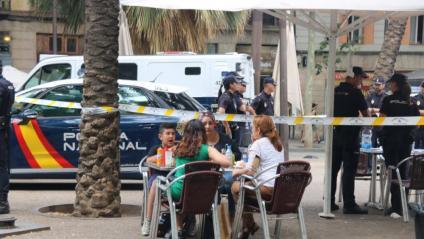 Un cordó policial de la batuda, a tocar d'una terrassa d'un bar al Raval de Barcelona