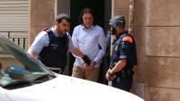 Els Mossos s'enduen el detingut després de l'escorcoll al domicili, aquest dijous a Terrassa
