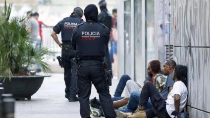 Agents dels Mossos, durant l'operatiu d'aquest dijous a Barcelona