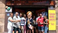 Els propietaris, treballadors i familiars de l'estanc Margarit, celebrant el premi de la Grossa de Sant Joan venut a l'establiment de Molins de Rei