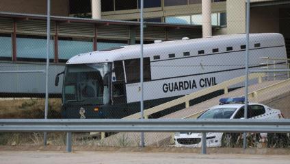 L'autocar que trasllada els set presos polítics, sortint aquest dilluns de Soto del Real