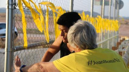 Dues activistes pengen llaços grocs a l'exterior de la presó de Lledoners, aquest dimarts a Sant Joan de Vilatorrada