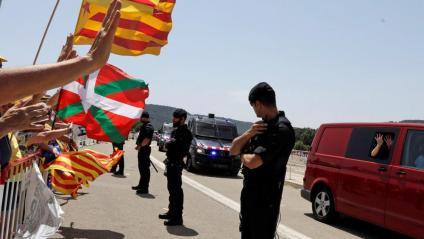 Un cordó dels Mossos assegura el pas del comboi que trasllada els set presos polítics a Lledoners, aquest dimecres a Sant Joan de Vilatorrada