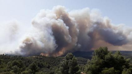 Imatge del flanc dret de l'incendi que crema a la Ribera d'Ebre