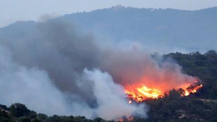 Vista de l'incendi al capvespre, aquest dimecres a la Ribera d'Ebre