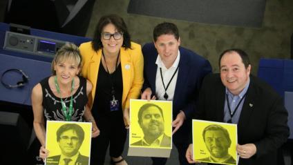 Els eurodiputats Martina Anderson, Matt Carthy, Diana Riba i Pernando Barrena, mostren fotos de Carles Puigdemont, Oriol Junqueras i Toni Comín a l'hemicicle del Parlament Europeu, el passat 2 de juliol