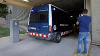Un furgó dels Mossos arriba als jutjats de Manresa amb els quatre detinguts, aquest dimarts al matí