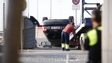 Una grua retira l'Audi A3 que utilitzaven els terroristes, a Cambrils