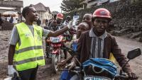 Un treballador sanitari realitza un control per detectar símptomes de febre a Goma, a la República Democràtica del Congo