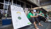 Membres de la PAH, aquest dijous durant l'acció a l'Ajuntament de Barcelona
